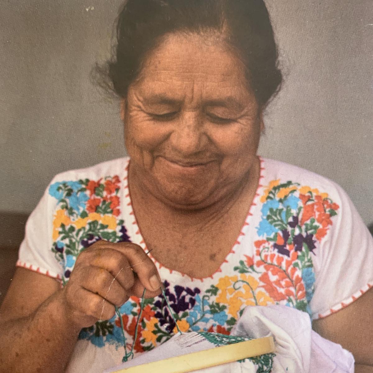 手工芸品を作るメキシコの女性